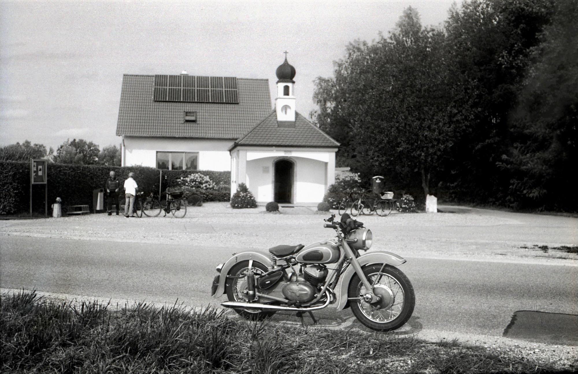 Kapelle Maria im Moos - 47 Jahre jünger als das Motorrad davor