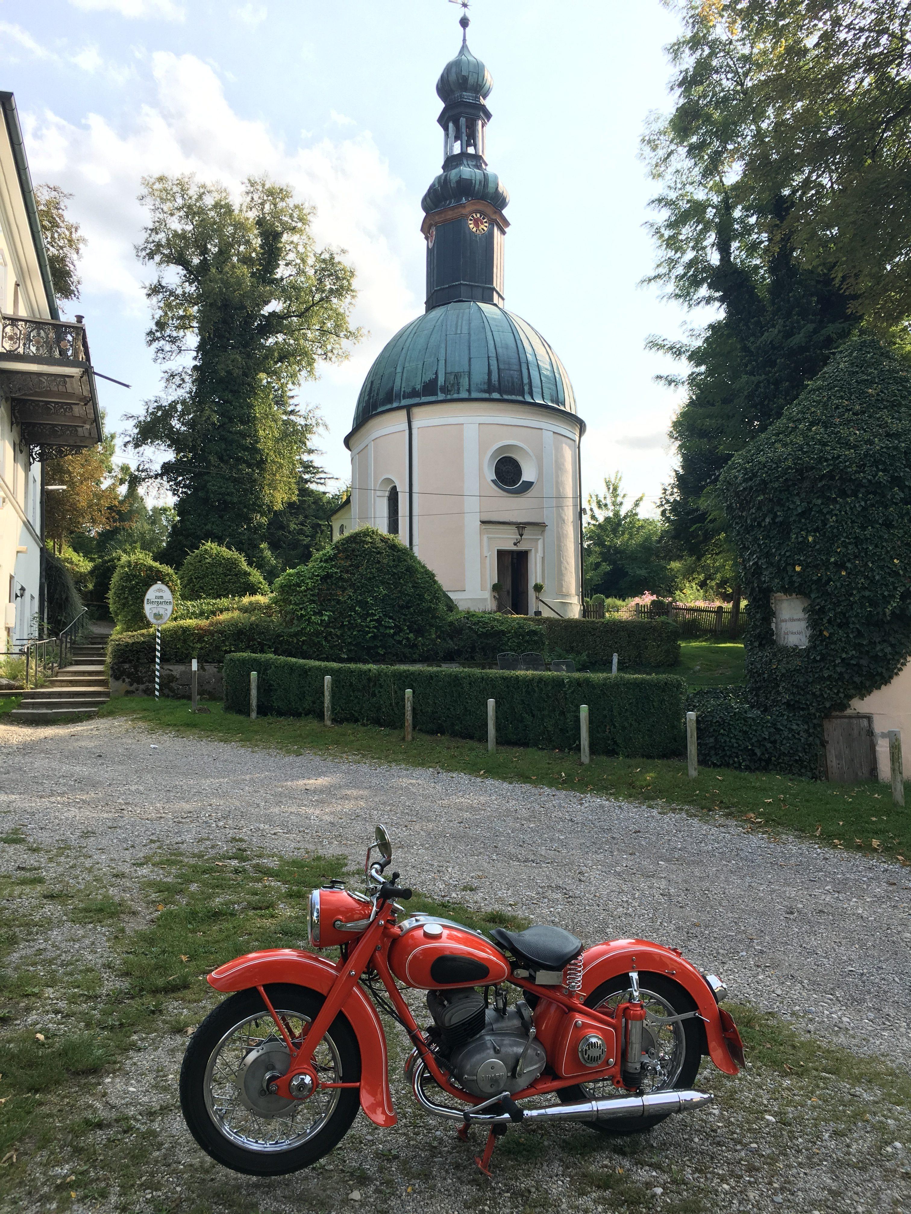 Meine Adler M200 vor der Wallfahrtskirche Mariabrunn