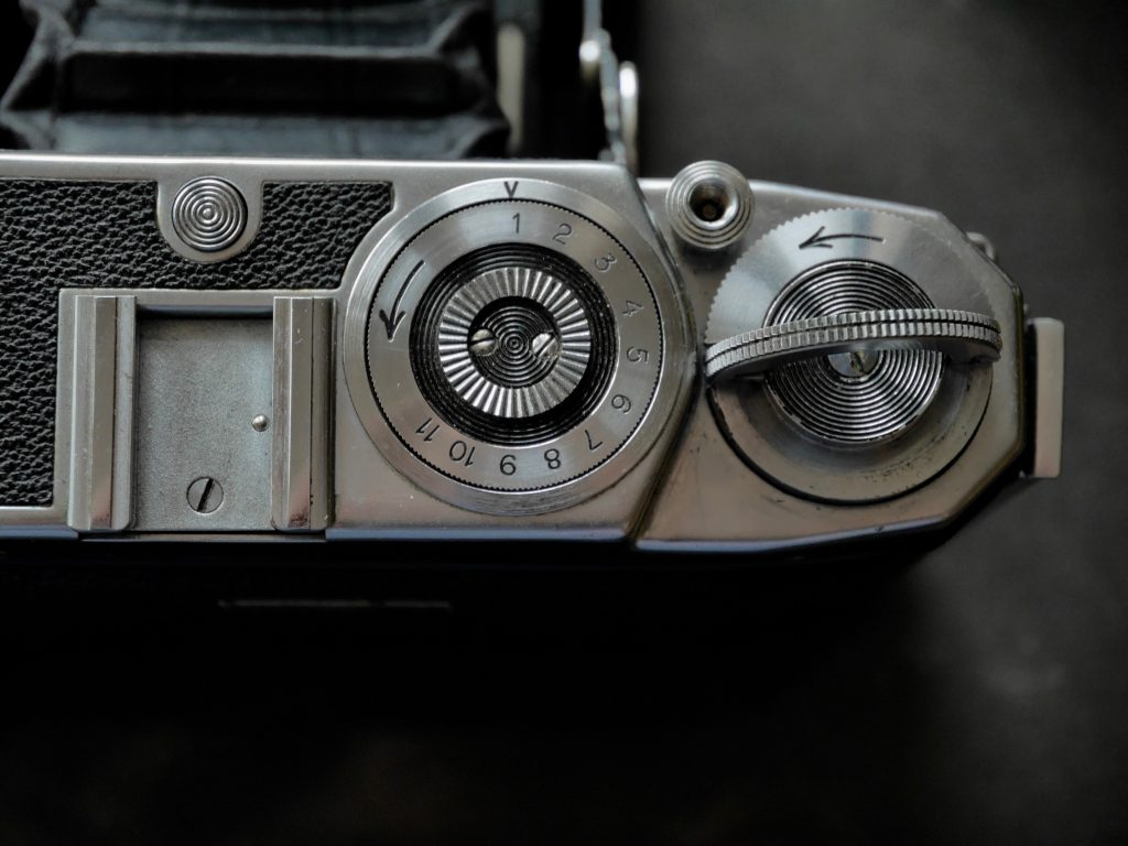 Das Bildzählwerk zählt nur bis 11 Aufnahmen - der Rand des Transportrades lässt sich zur besseren Bedienung um 90 Grad hochklappen