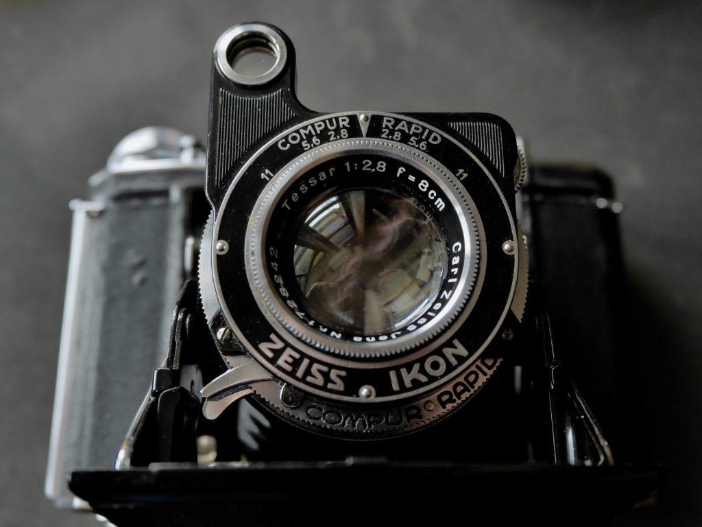Ein legendäres Objektiv: Carl Zeiss Tessar 2.8/80mm - unvergütet
