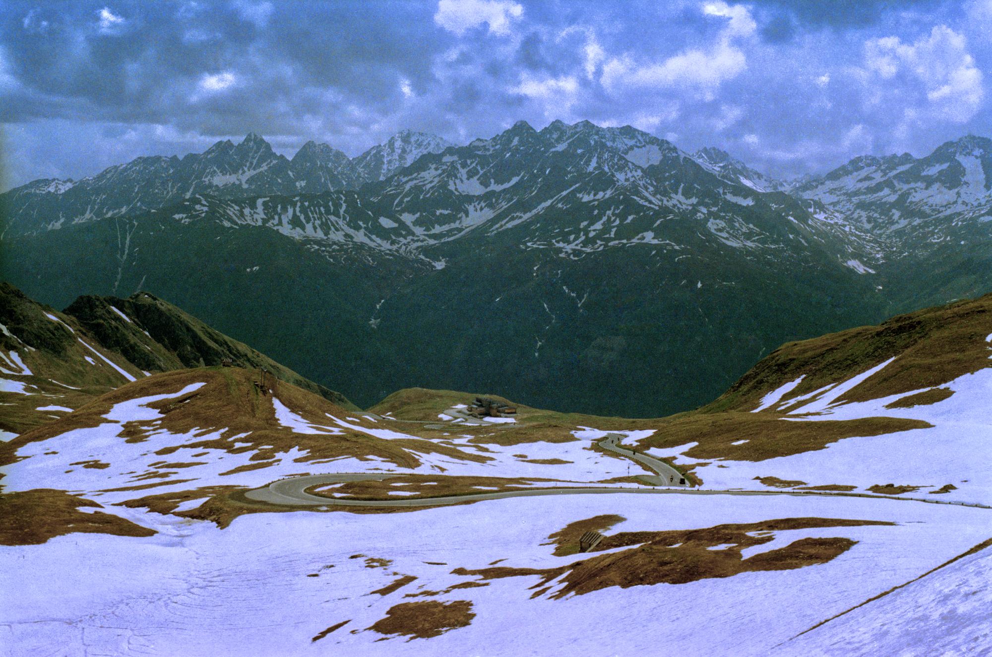 Großglockner: Eine Straße durch den Schnee