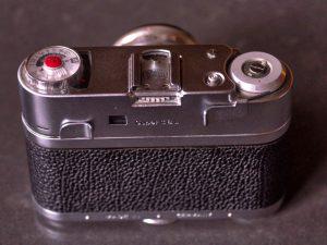 Zwei Schnellspannhebel - der linke dient zum Zurückspulen des Films