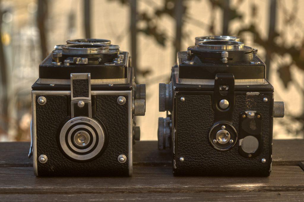 Rolleiflex (links) und Rolleicord (rechts) von unten.
