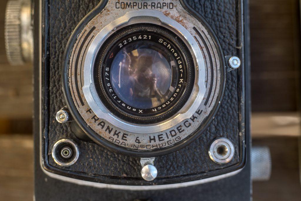 """Auslöser bei der Rolleicord: Der mit einem Rändelknopf versehene Hebel unterhalb des """"H"""" von Franke @ Heidecke"""