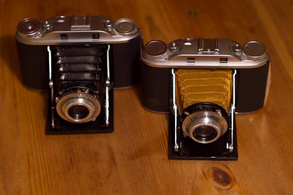 Meine beiden Isoletten. Links die mit dem 4.5/85mm Apotar, noch mit altem, löchrigen Balgen, rechts die mit dem 3.5/75 mm Solinar, veredelt mit einem Balgen von Sandeha Lynch